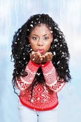 Hübsche schwarze Frau pustet Schnee