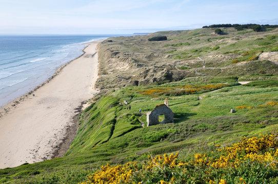 Grande plage, dunes et ruines à Carteret