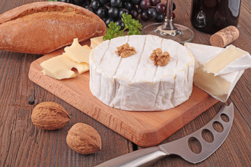 Camembert mit Brot und Rotwein