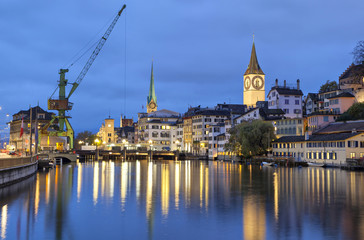 Fototapete - River Limmat  in the centre of Zurich in the evening