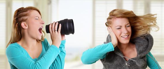 blonde Frau schreit eine ander Frau an