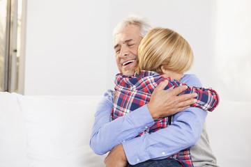 Großvater und Enkelsohn zuhause