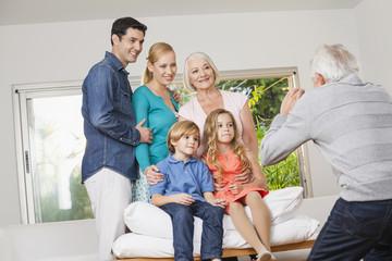 Glückliche Großfamilie macht Gruppenfoto