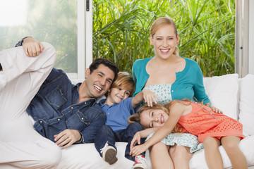 Glückliche Familie  im Wohnzimmer
