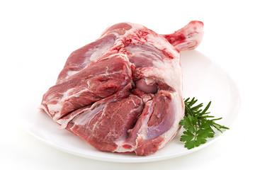 épaule d'agneau cru présenté sur plat