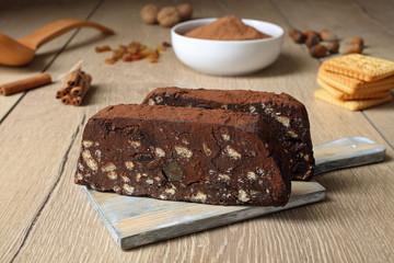 dolce di cioccolato con biscotti