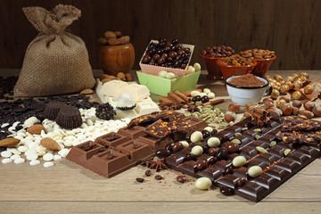 cioccolato cacao e cioccolatini su tavolo