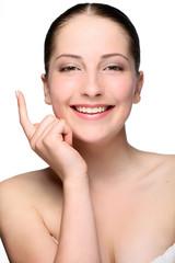 Портрет молодой девушки на белом фоне с рукой у лица