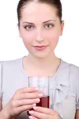 Приятная девушка со стаканом сока
