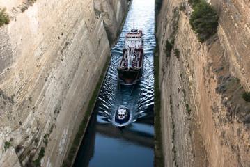 Fotobehang Kanaal A ship in Korintho's canal