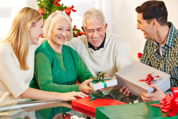 Senioren feiern Weihnachten mit ihren Kindern