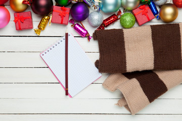 Scarf with note and christmas toys.