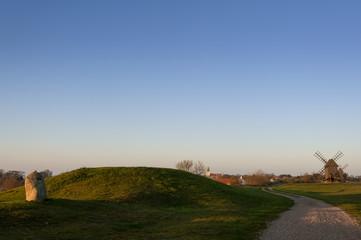 Grabhügel und Windmühlen auf Öland, Schweden