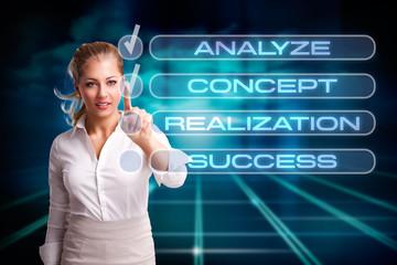 junge Frau mit Checkliste zum Erfolg