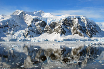 Fototapete - antarctic mountains in full sun