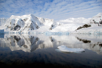 Fototapete - mirror reflection of antarctic peninsula