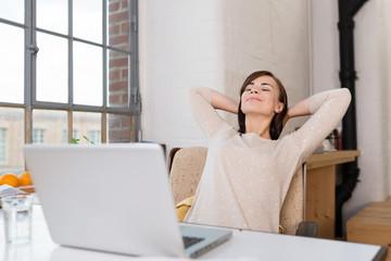 studentin arbeitet zuhause am computer