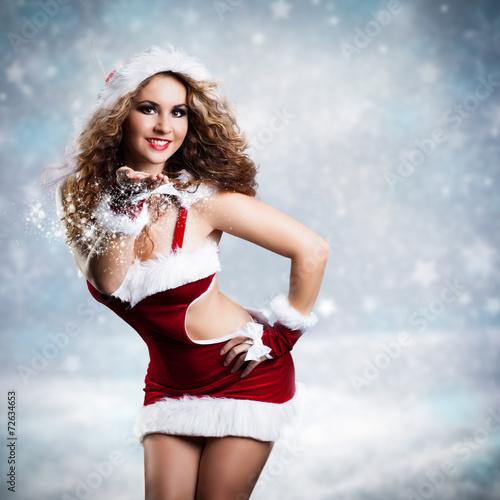 sexy Weihnachtsfrau im Schnee Stock photo and royalty