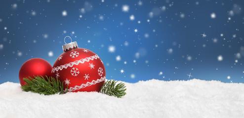 Weihnachtshintergrund mit Kugeln / Himmel / Schnee