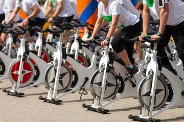 Stationaire draaiende fietsen buiten op een zonnige dag. aerobics