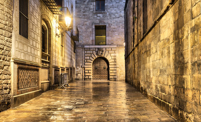 Fototapete - Wet narrow street in gothic quarter, Barcelona
