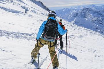 Gletscherabfahrt am Seil