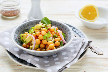 chickpeas with onions and avocado slices