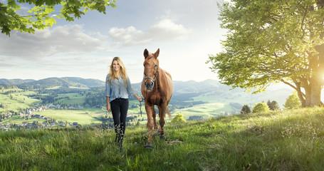 Hübsches Mädchen mit Pferd