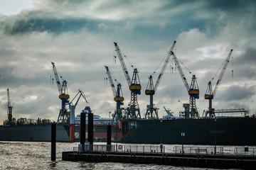 Hamburger Hafen vor dem Regen