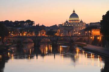Malowniczy widok bazyliki św. Piotra nad Tybrem w Rzymie