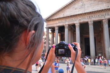 Fototapeta młoda turystka robi zdjęcie przed Panteonem w Rzymie  obraz