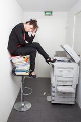 photocopieur avec une femme au bureau