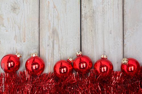 Advent hintergrund rote weihnachtsdeko auf hellem holz - Rote weihnachtsdeko ...