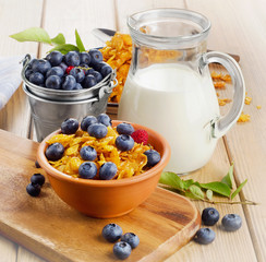 Corn flakes with fresh berries and milk