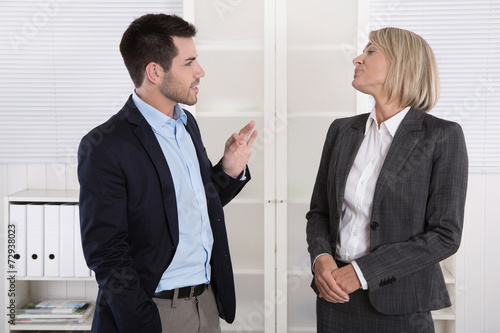Buro Mann Und Frau Im Gesprach Small Talk Stockfotos Und