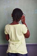 Mädchen rechnet an Tafel