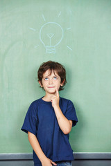 Kind hat Idee vor Glühbirne