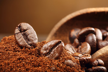 Fotobehang Koffiebonen Coffee beans macro on a brown background