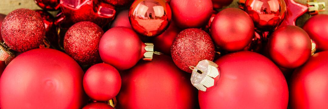 rote weihnachtskugeln als banner