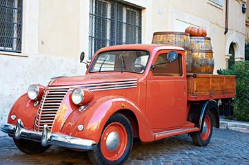 Türaufkleber Autos aus Kuba Vintage red van with old wooden barrels of wine