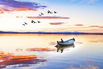 el pescador solitario en su barca tradicional