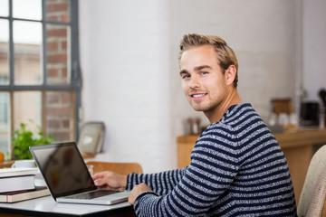 junger mann studiert zuhause