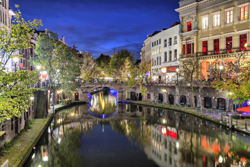 Fototapete - Bridge across canal in the historic center of Utrecht