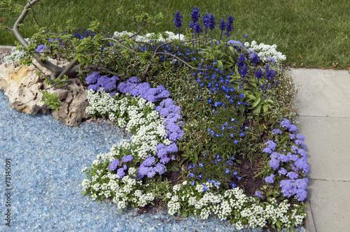grabbepflanzung randbepflanzung blumen stockfotos und. Black Bedroom Furniture Sets. Home Design Ideas