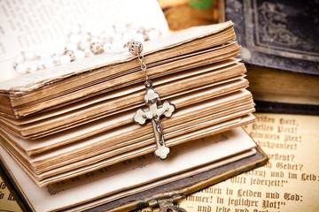 Kreuz mit Jesus auf retro Bibel,