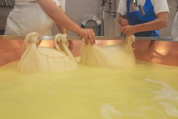 preparazione parmigiano reggiano formaggio tipico emiliano