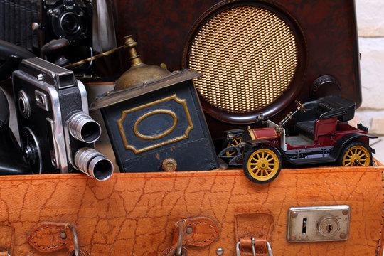 Antike Sachen im Koffer, Oldtimer,Mühle,Kamera