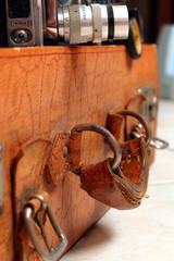 antiker alter Koffer mit Filmkamera, Ausschnitt