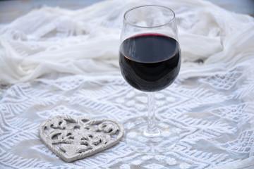 Wall Mural - glas rode wijn met hart decoratie en transparante stof