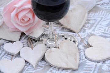 Wall Mural - houten hart decoratie met roze roos en deel van glas wijn